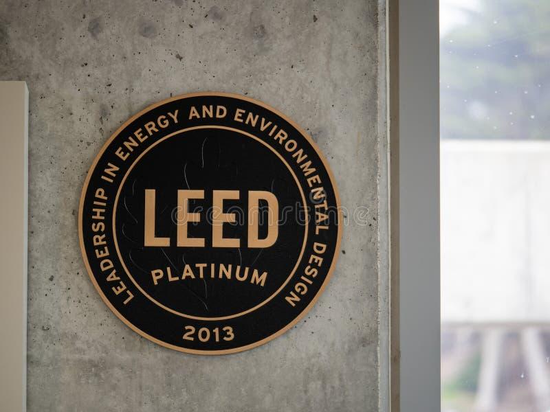 Аттестация здания платины LEED на бетонной стене на здании обслуживания национального парка стоковые изображения