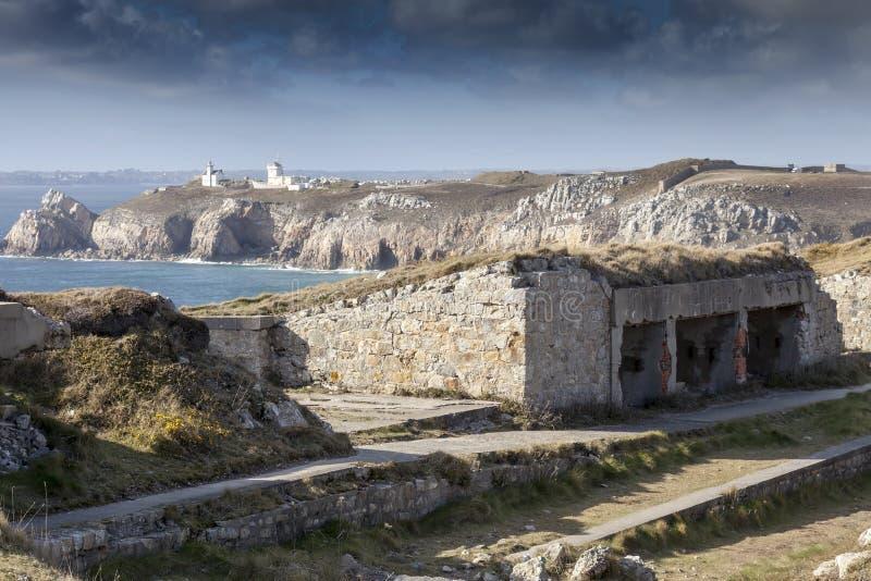 Атлантическая стена, большая система бункера в переднем плане в Франции, маяке в предпосылке стоковое фото