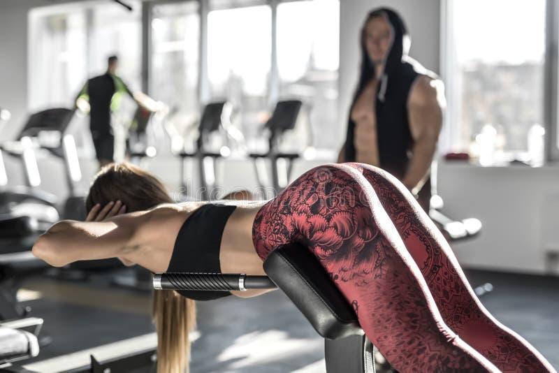 Атлетическая девушка в спортзале стоковые фотографии rf