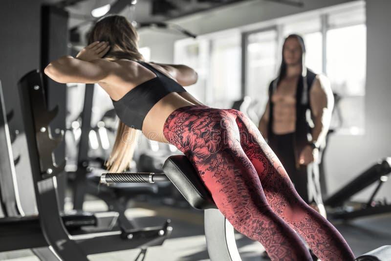 Атлетическая девушка в спортзале стоковое фото