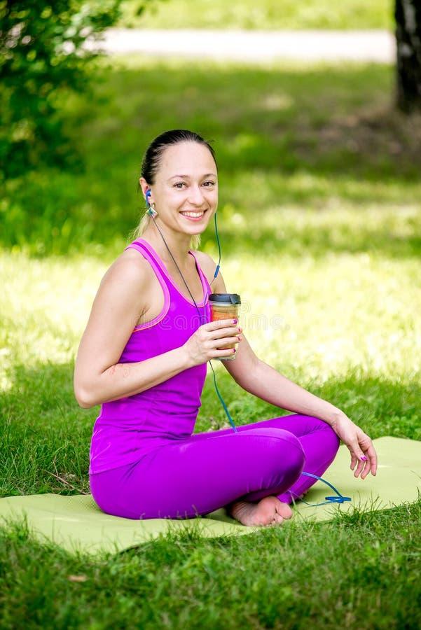Атлетическая девушка держа smoothie клубники стоковое фото