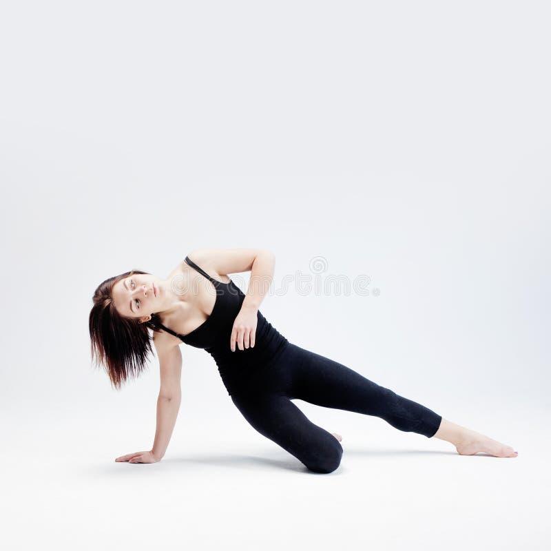Атлетическая девушка представляя в студии, месте для вашего стоковое изображение