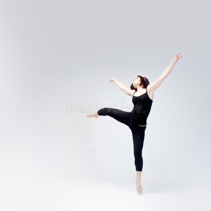 Атлетическая девушка представляя в студии, месте для вашего стоковые фотографии rf