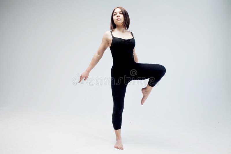 Атлетическая девушка представляя в студии, месте для вашего стоковая фотография