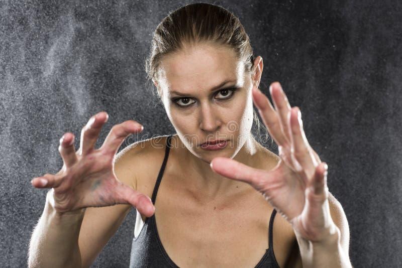 Атлетическая женщина достигая руки к камере стоковое изображение rf
