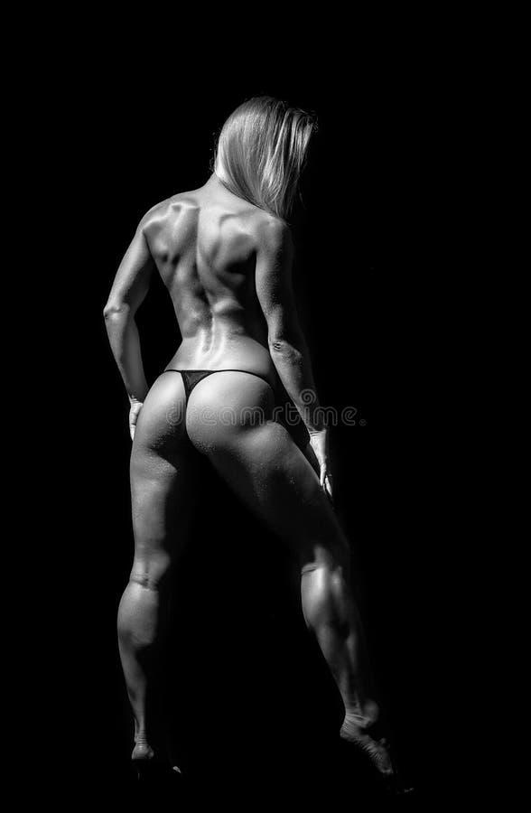 Атлетическая молодая женщина на изолированной черной предпосылке стоковое фото rf