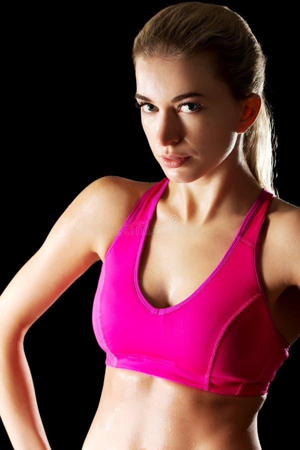 Атлетическая молодая женщина на спортзале стоковое изображение