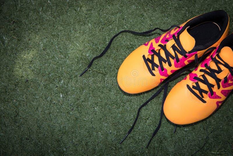 Атлетические младшие ботинки стоковые изображения