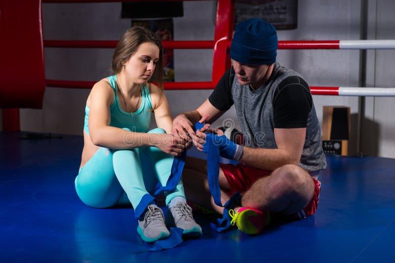 Атлетические пары бокса подготавливая повязки стоковые фото
