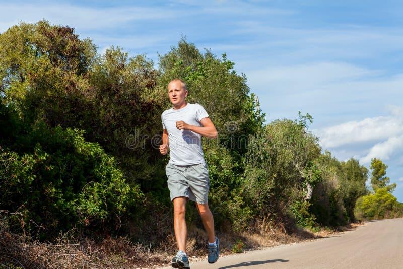 Download Атлетический бегун человека Jogging в природе внешней Стоковое Изображение - изображение насчитывающей отдых, кавказско: 37927939