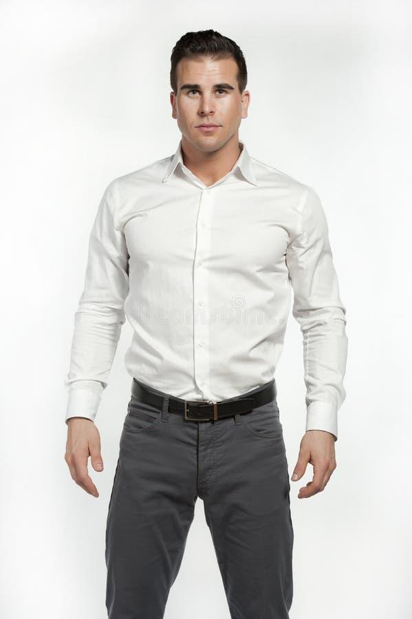 Атлетический белый мужчина в приспособленной рубашке стоковые фотографии rf