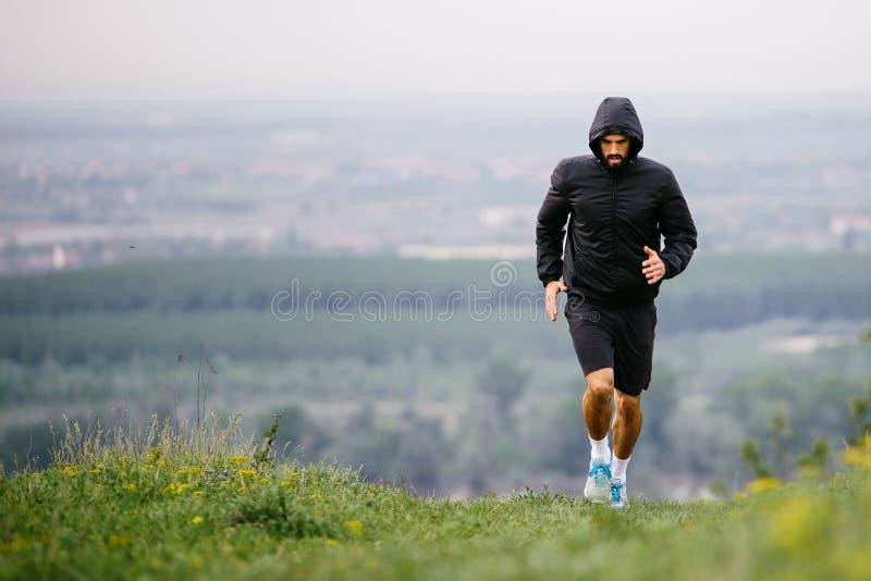 Атлетический молодой человек бежать во время осени, утра зимы стоковые фотографии rf