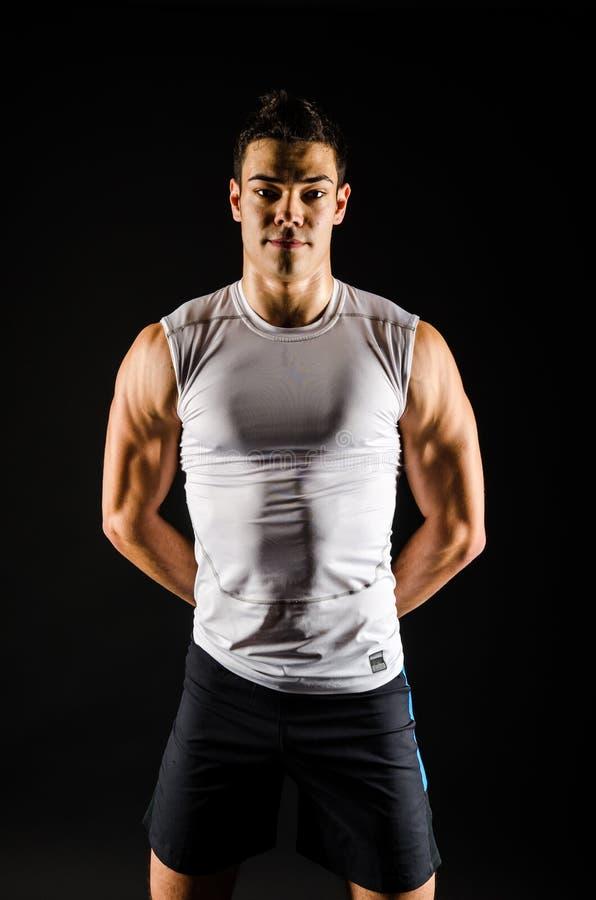 Атлетический человек с руками за его назад стоковое изображение rf