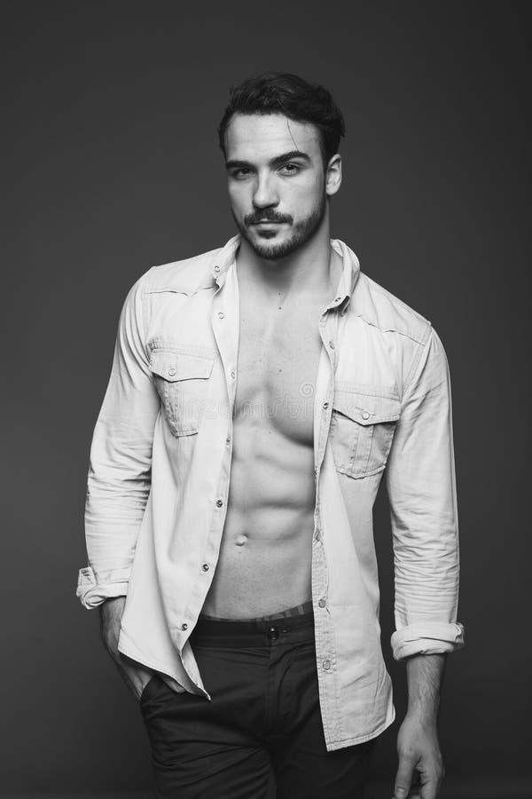 Атлетический человек с unbuttoned рубашкой, черно-белой стоковое изображение