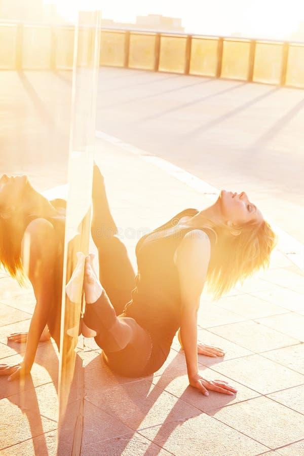 Атлетическое красивых сексуальных белокурых физических данных молодой женщины худенькое стоковые фотографии rf