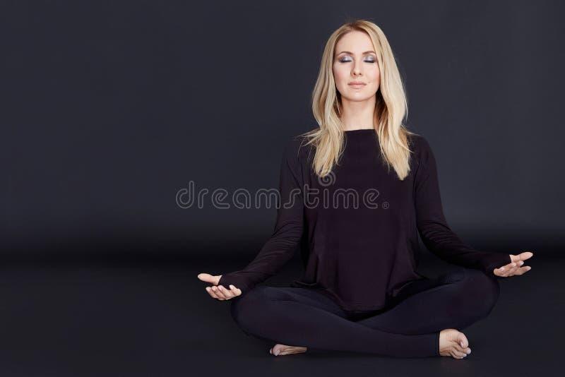 Атлетическое красивых сексуальных белокурых физических данных молодой женщины худенькое стоковые фото