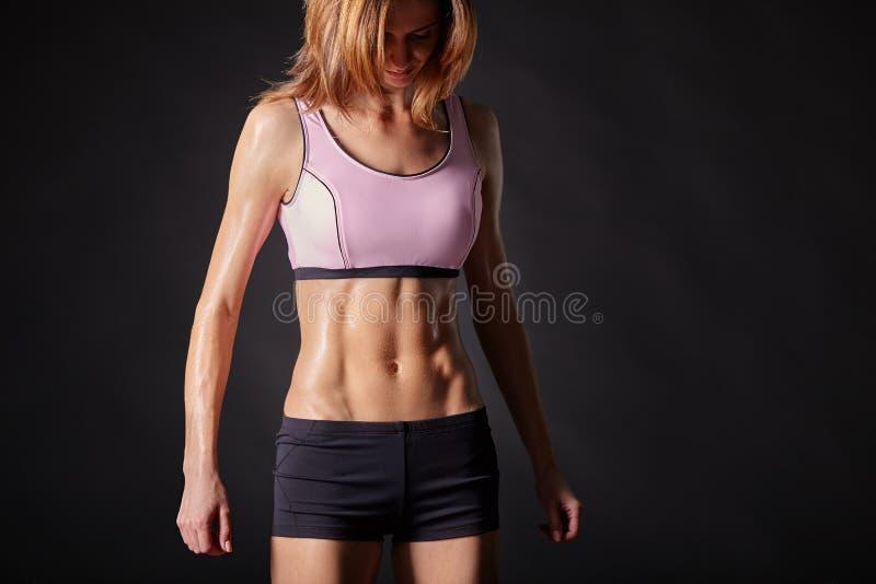 Атлетическое, сильное и красивое женское тело стоковая фотография rf