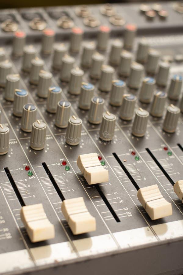 Аудио оборудование усилителя ядрового смесителя, ядровый акустический мюзикл смешивая проектирующ предпосылку концепции, выборочн стоковое изображение rf