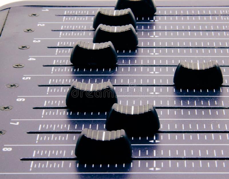Аудио смеситель, смешивая управления и федингмашина стола, консоль музыки смешивая с ухудшенными влияниями для знамен и предпосыл стоковое изображение