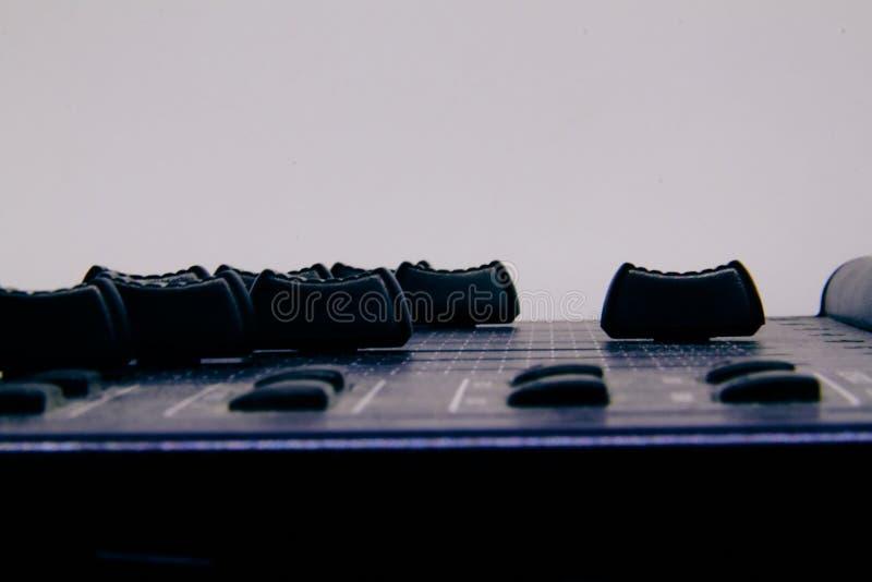 Аудио смеситель, смешивая управления и федингмашина стола, консоль музыки смешивая с ухудшенными влияниями для знамен и предпосыл стоковые фото