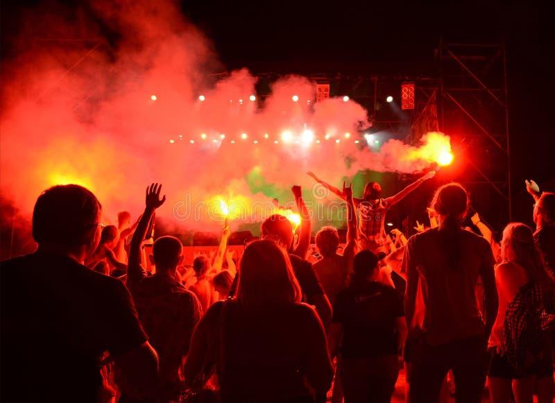 Аудитория наблюдая концерт на этапе на открытом воздухе концерт стоковое изображение rf