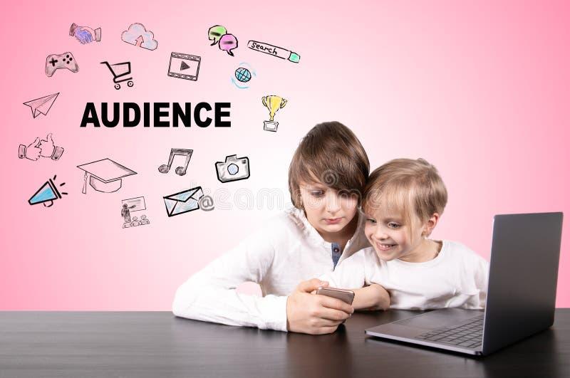 Аудитория, социальные средства массовой информации и концепция учить стоковое фото rf