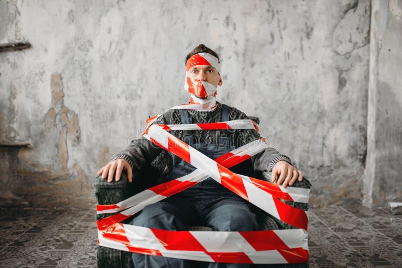 Аутистическое усаживание на стуле в середине комнаты стоковая фотография