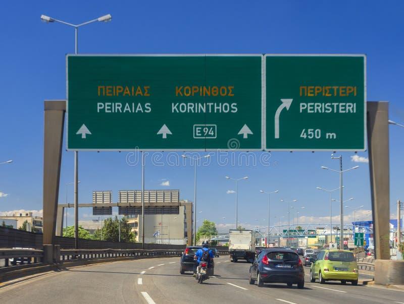 Афина, Греция Июль 2019: Движение на шоссе столицы с указателем поселений, автомобилей и мотоциклов на летний день стоковые изображения