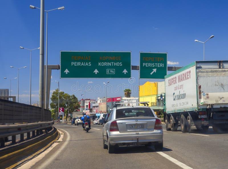 Афина, Греция Июль 2019: Движение на шоссе столицы с указателем поселений, автомобилей и мотоциклов на летний день стоковые изображения rf