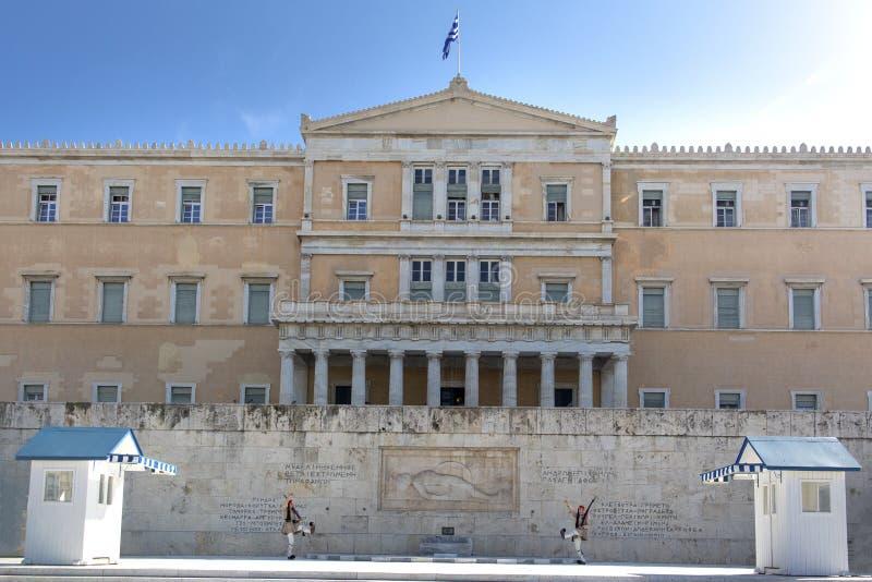 Афина, Греция - 17-ое октября 2018: Изменение церемонии предохранителя перед эллинским зданием парламента на квадрате синтагмы  стоковые фотографии rf