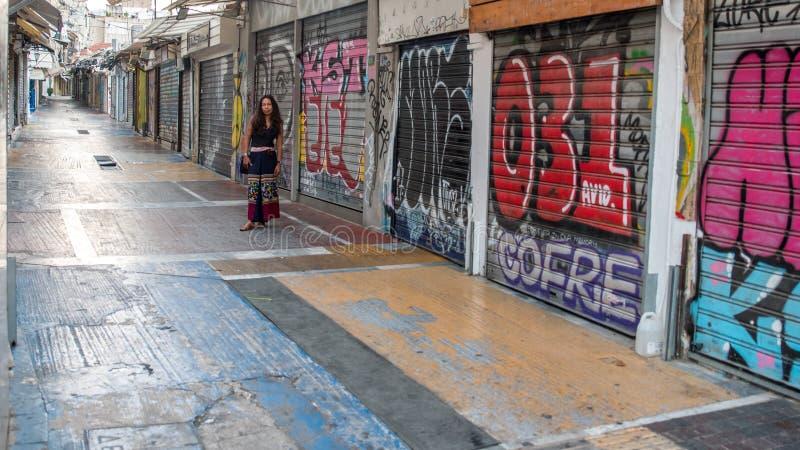 Афины Греция 16-ое августа 2018: Женщина стоя в закрытом вниз fle стоковые фото