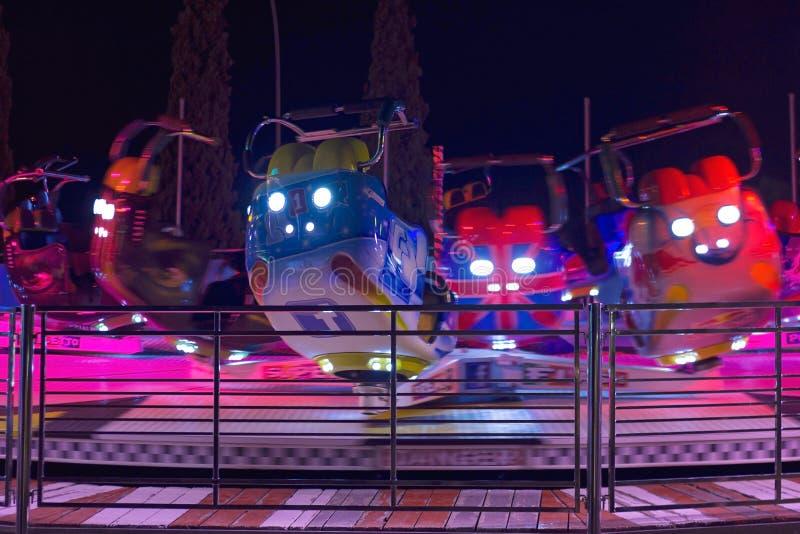 АФИНЫ, ГРЕЦИЯ - 7-ОЕ АВГУСТА 2017: Закручивая езда на равенстве потехи Allou стоковые изображения rf