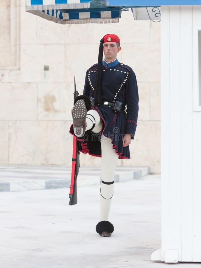 Афины, Греция - 24-ое октября 2017: Evzones перед усыпальницей стоковые изображения
