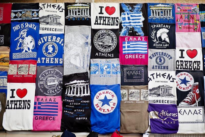 Афины, Греция - сувенирный магазин футболок 19-ое апреля 2015 в столице Греции на Афинах Plaka - футболки торгуя с commo стоковая фотография