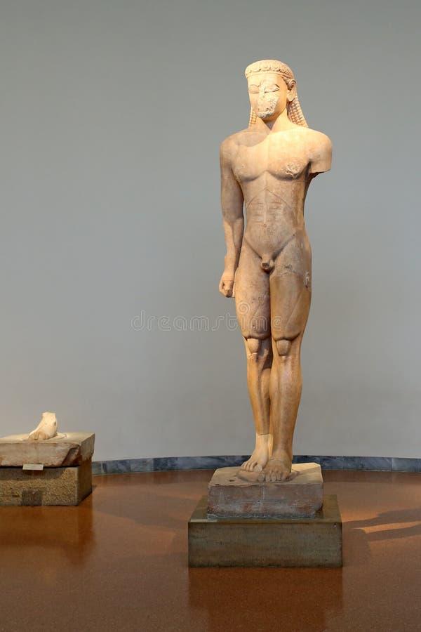 Афины, Греция, 3-ье сентября 2016 Экспонаты грека в музее археологии, Афинах, Греции Эта архаическая статуя периода - так-звонок стоковое изображение