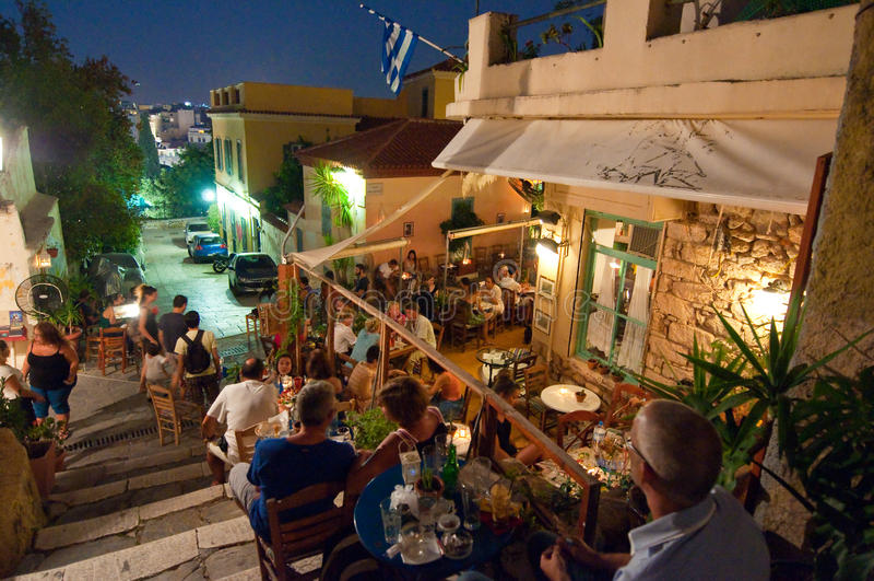 АФИН 22-ОЕ АВГУСТА: Улица с различными ресторанами и барами на зоне Plaka, 22-ого августа 2014 в Афинах стоковое фото rf