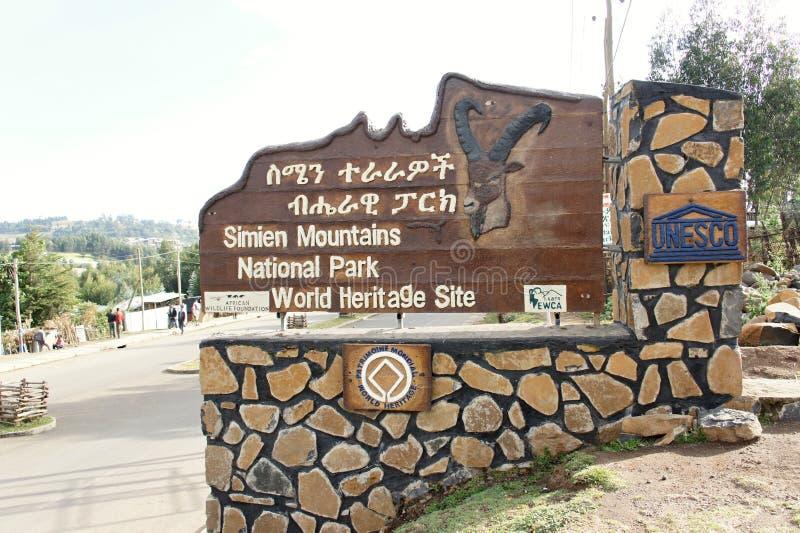 Афиша гор Simien около проезжей части внутри Debark стоковые фотографии rf