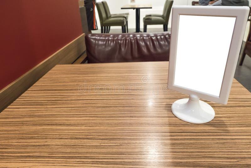 Афиши на обеденном столе стоковая фотография rf