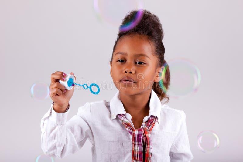 африканская азиатская дуя девушка пузырей меньшее мыло стоковые фото