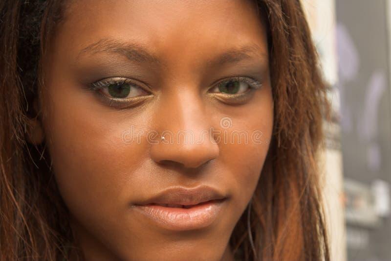 африканская девушка довольно стоковое фото