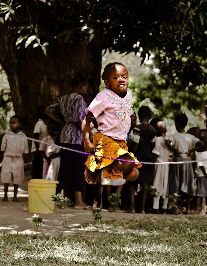 африканская девушка скача меньшяя веревочка стоковое фото rf