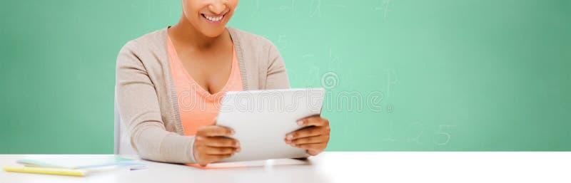 Африканская девушка студента с ПК таблетки на школе стоковое изображение rf