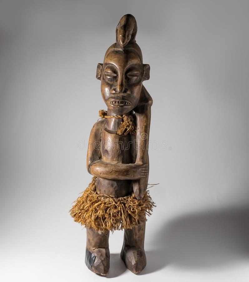 Африканская деревянная изолированная кукла, handmade стоковая фотография