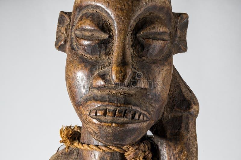 Африканская деревянная изолированная кукла, handmade стоковые изображения