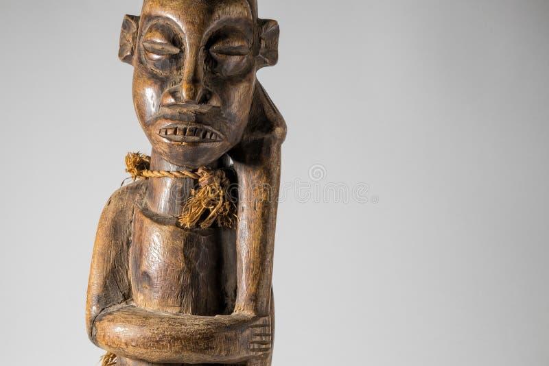 Африканская деревянная изолированная кукла, handmade стоковые изображения rf