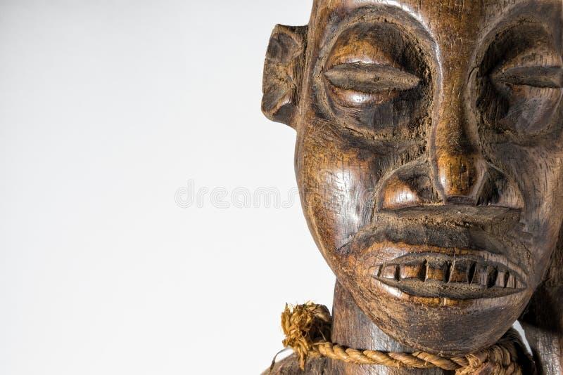 Африканская деревянная изолированная кукла, handmade стоковое изображение rf