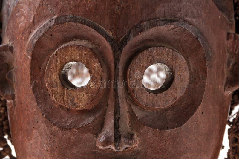 Африканская деревянная маска при изолированные волосы, стоковая фотография rf