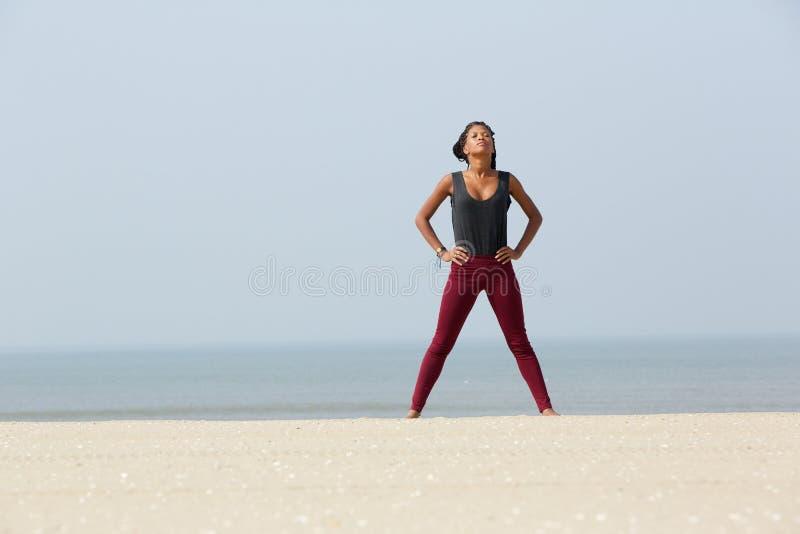 Африканская женщина делая тренировку йоги дышая стоковое фото