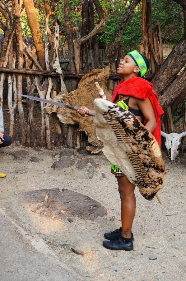 Африканская женщина имеет шпагу и экран в ее руках стоковая фотография