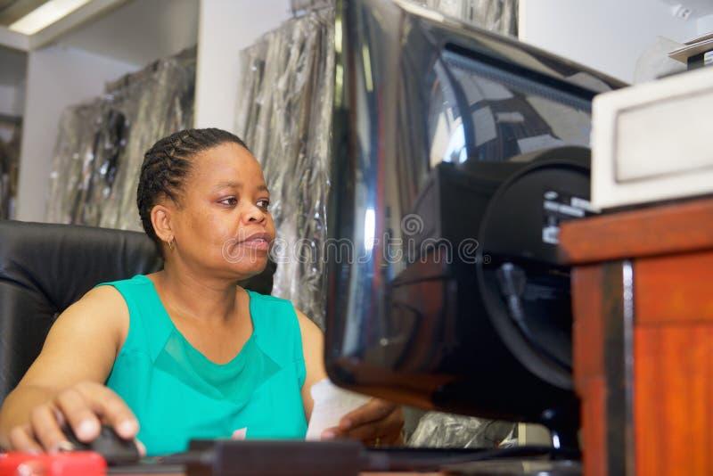 Африканская женщина с компьютером стоковые фото